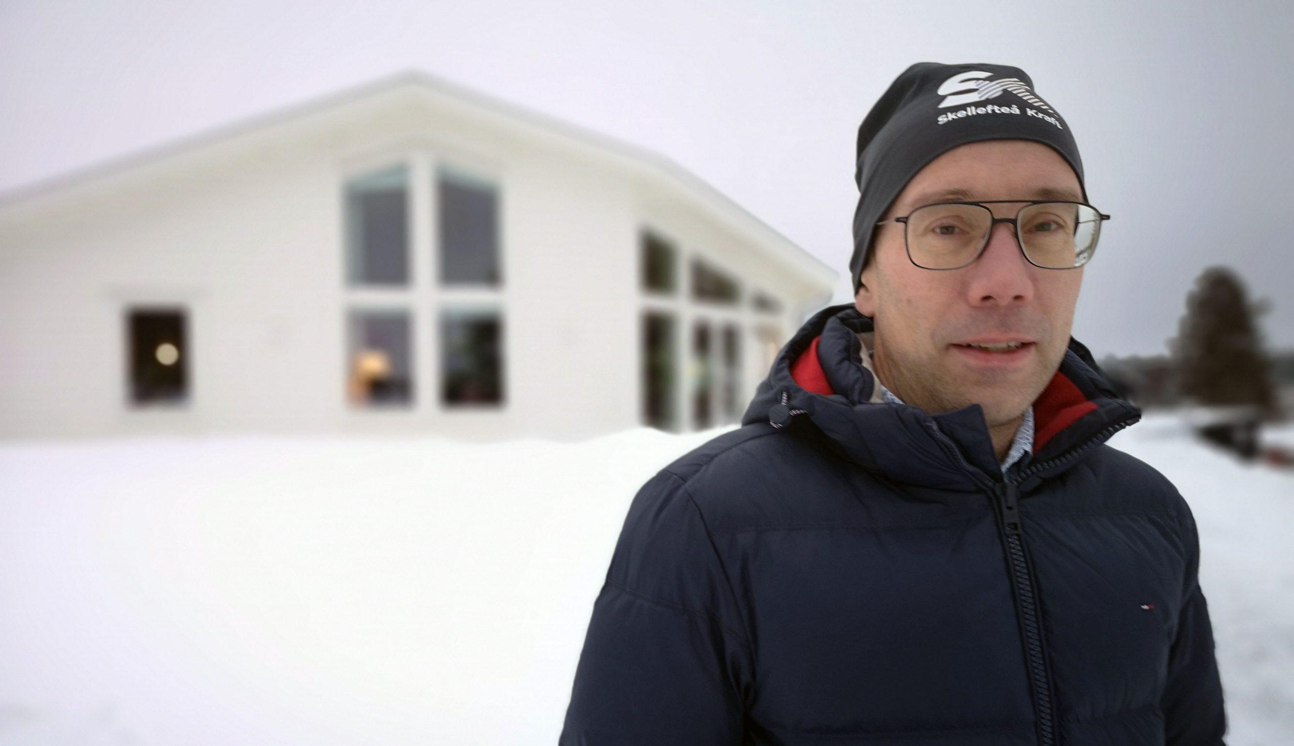 Fredrik Jonsson, projektledare Zero Sun, visar vätgasvillan i Skellefteå.